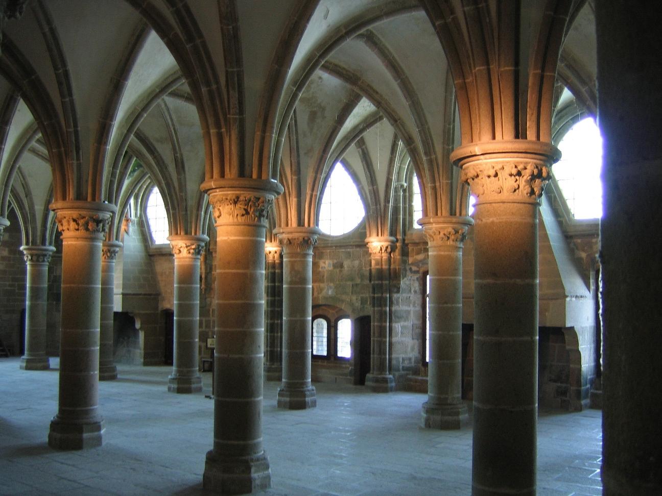 http://www.mafamillezen.com/wp-content/uploads/2010/05/2008-Le-Mont-Saint-Michel_Abbaye-salle-des-chevaliersCentre-des-monuments-nationaux.jpg
