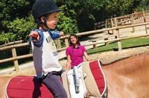 enfant apprendre à monter à cheval
