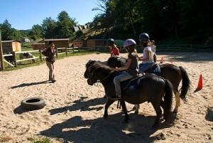 cours d'équitation en centre équestre pour enfant