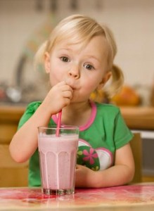 petite fille avec smoothie