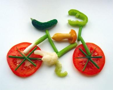 assiette ludique : vélo fait de légumes