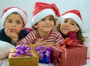 enfants avec bonnet pere noel et cadeaux