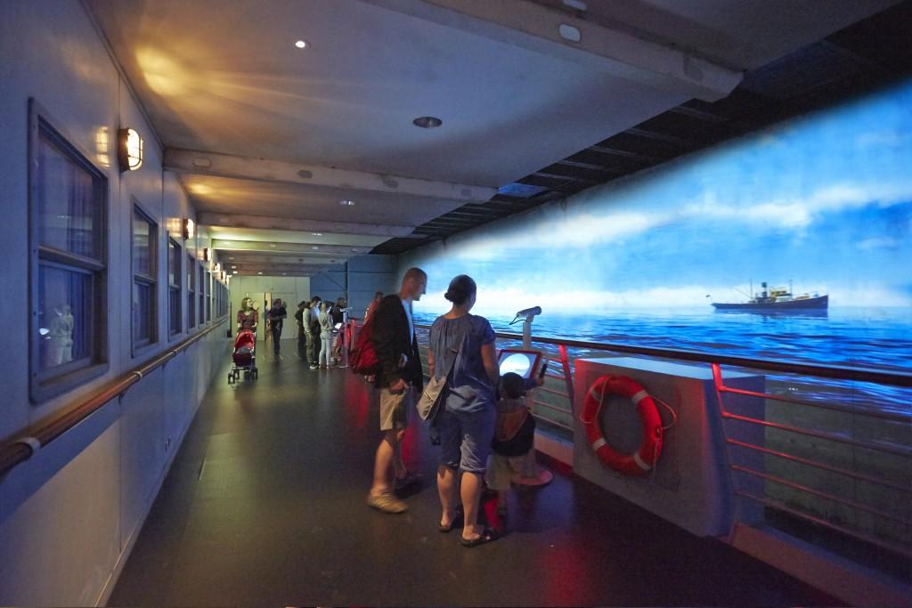 Escal'Atlantic, visiteurs en famille sur le pont promenade