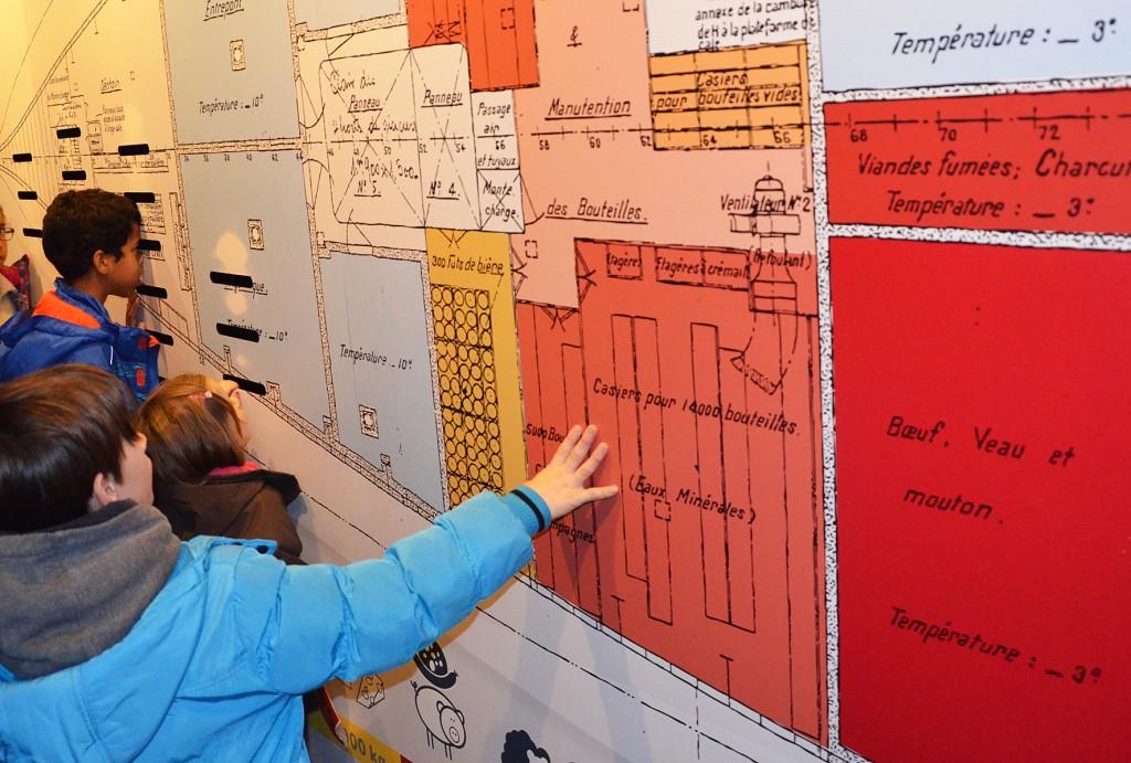 Escal'Atlantic enfants découvrant le dispositif des chambres froides du paquebot