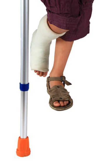 Enfant en béquilles avec jambe cassée