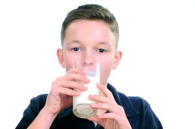 Garçon buvant verre de lait - Fotolia.com