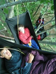 Dormir dans un hamac dans les arbres