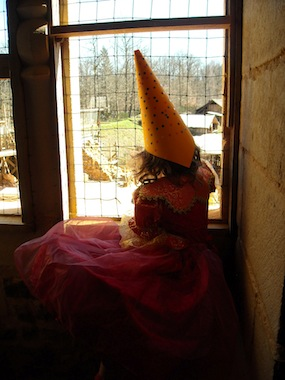 petite princesse à la fenêtre de son château