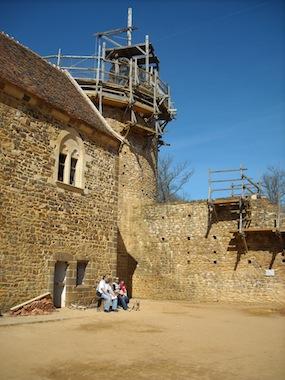 Famille dans la cour du chateau de Guedelon