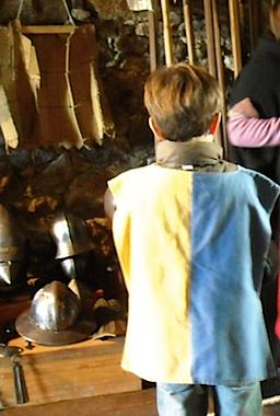 Enfant devant armes et armures à Saint-Mesmin