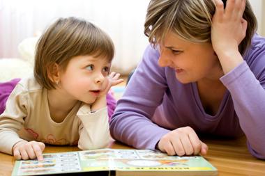 Nounou qui lit un livre avec une fillette