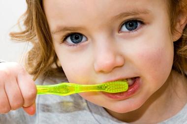 Petite fille se brossant les dent