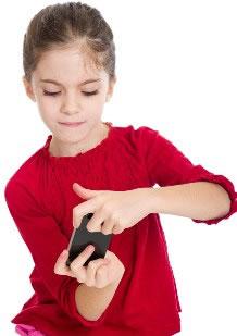 fillette avec téléphone portable