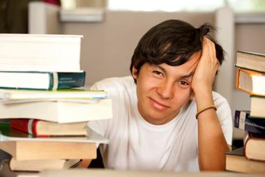 Ado à son bureau au milieu des livres