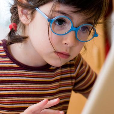 Fillettes avec lunettes devant ordinateur