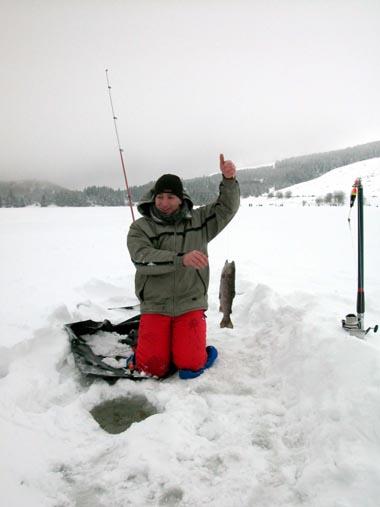 Pêche au trou sur le lac de Guéry © OT Massif du Sancy