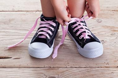 Enfant attachant seul ses lacets
