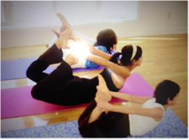 Posture yoga de l'Arc. Photo Katia Capparelli