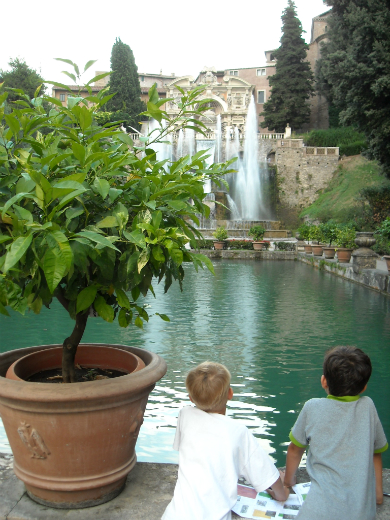 Enfants admirant l'une des nombreuses fontaines de Rome