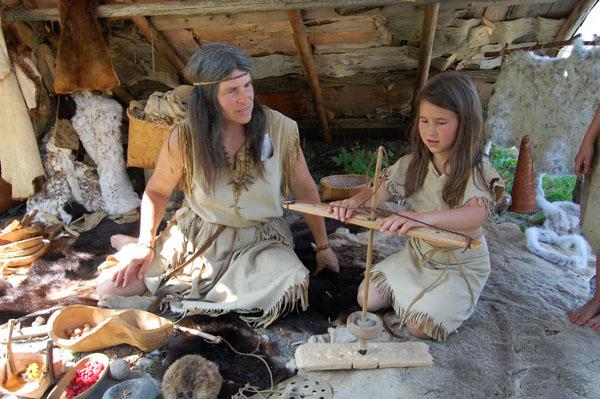 La Nouvelle France : Montagnaises en train de fabriquer des outils