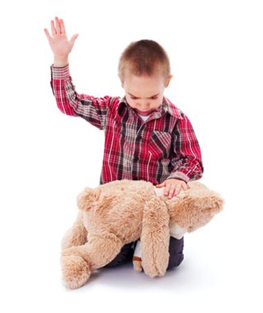 Enfant donne une fessée à son nounours