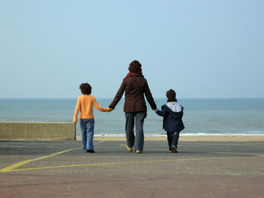 maman solo avec enfant en bord de mer