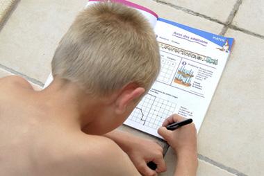 enfant et devoirs de vacances