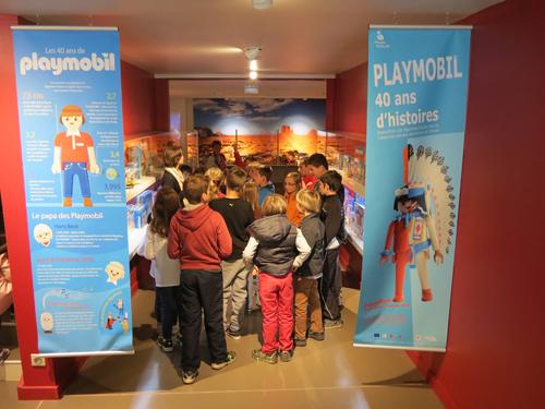 musee-du-jouet_expo-playmobil-40ans-groupe-enfants (1)