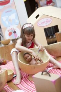 Les petites filles aiment les jeux d'imitation, et particulièrement jouer à la maman