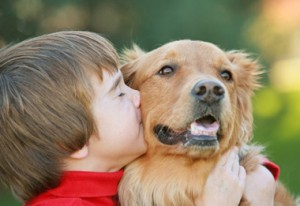 Petit garçon embrassant un chien