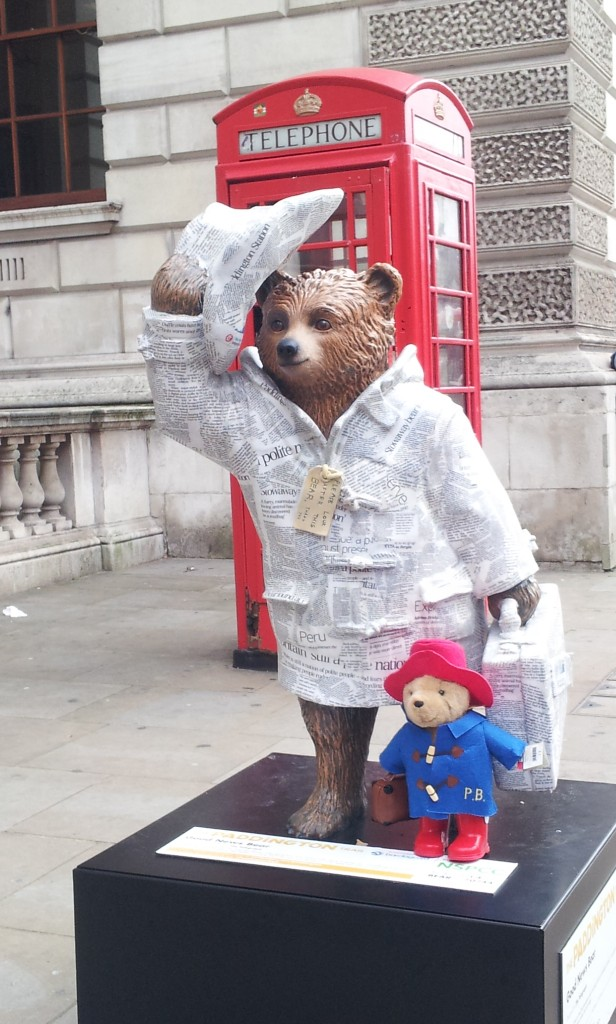 Paddington Trail, statue de Paddington avec sa peluche près de Westminster