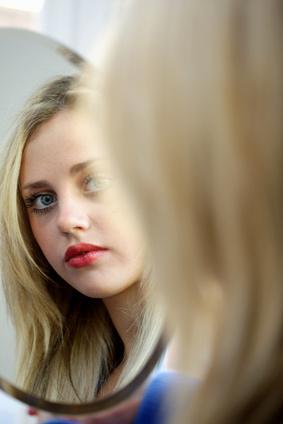 Ado se regardant dans un miroir