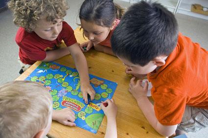 Enfants en train de jouer à un jeu de société