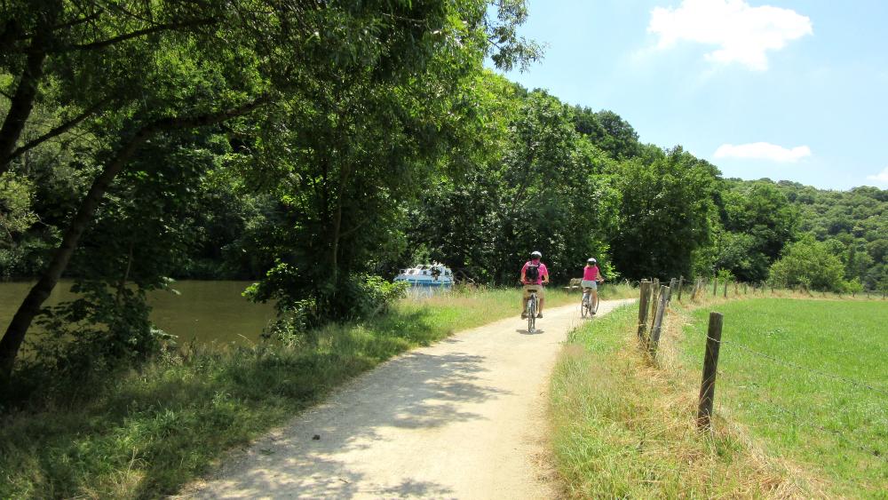 A vélo en famille sur le chemin de halage le long de la Mayenne