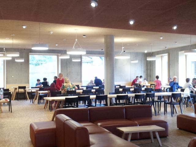 Salle de restaurant de l'auberge de jeunesse de Gstaad