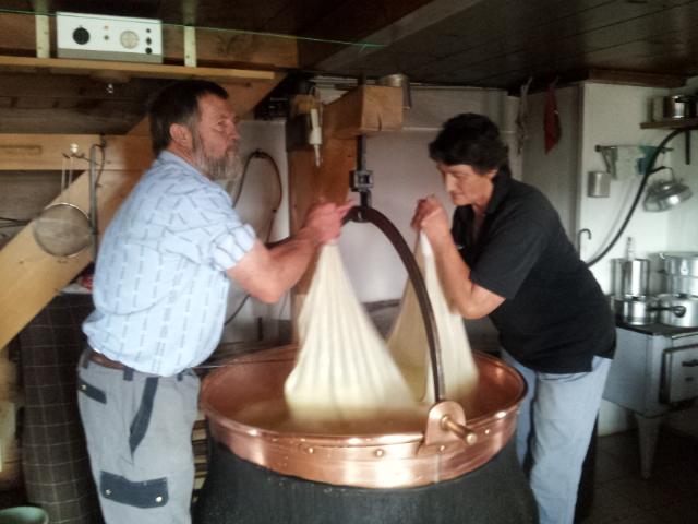 fabrication du fromage suisse dans le chaudron