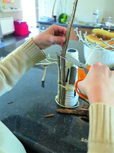recouvrir la bouteille de lambeaux d'écorce