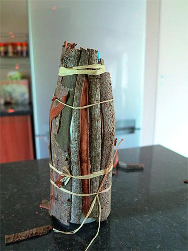 nouer les lambeaux d'écorce avec du raphia
