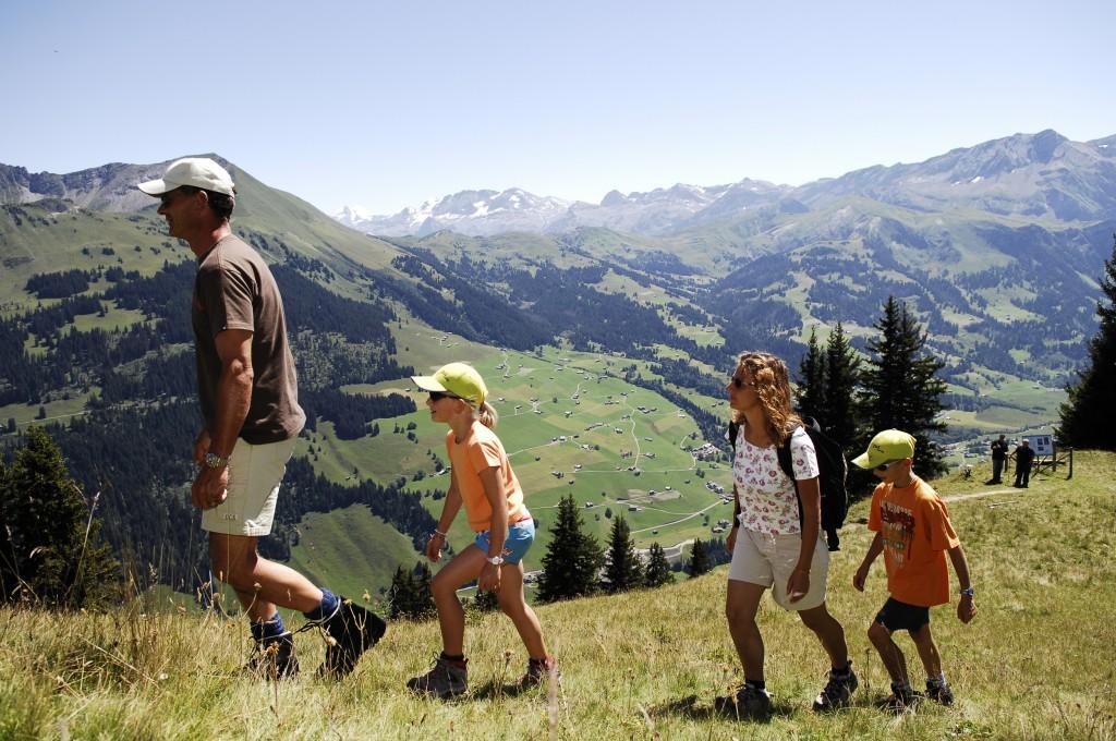 randonnée en famille dans les montagnes de Gstaad