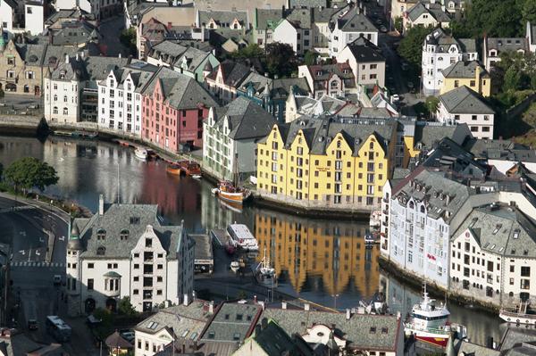 Maisons peintes le long de l'eau à Aalesund