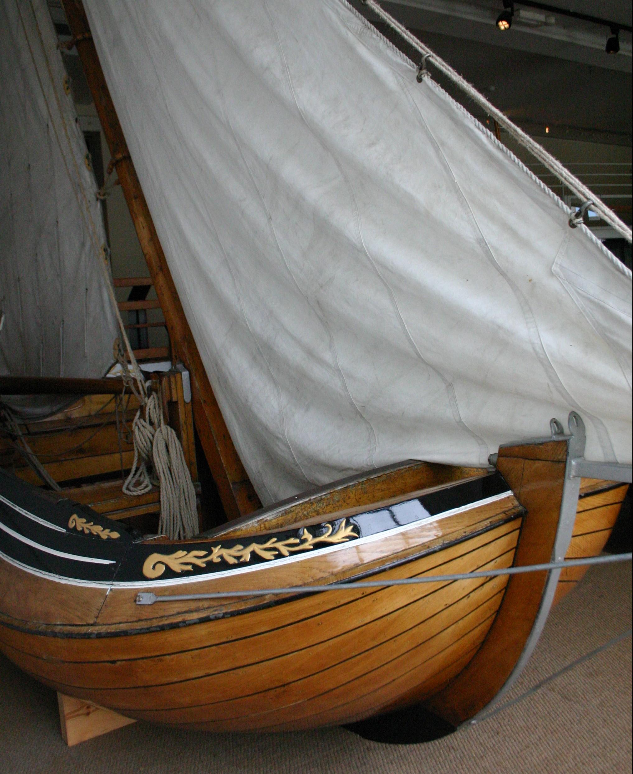 bateau de course au port musée de douarnenez