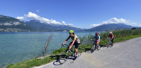Famille à vélo autour du lac d'Annecy