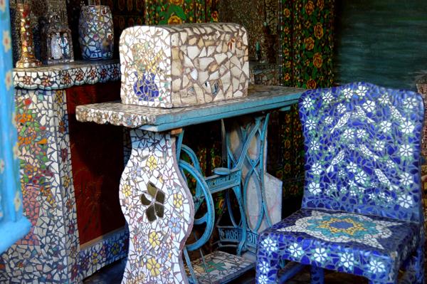 Maison Picassiette detail_machine_a_coudre_chaise_bleue_1 - Credits Musee des Beaux Arts de Chartres