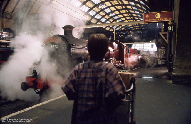 Harry Potter devant le Poudlard Express