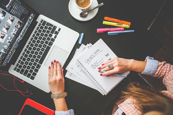 Ados travaillant sur ordi avec carnet de notes et café - pixabay