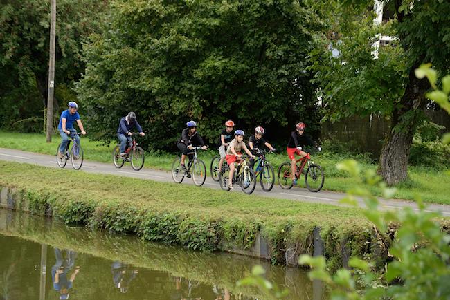 A vélo en famille le long des canaux sur la Francovélosuisse