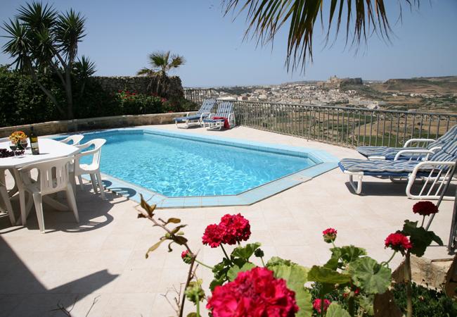 Gozo_ Farmhouses_piscine_avec_vue