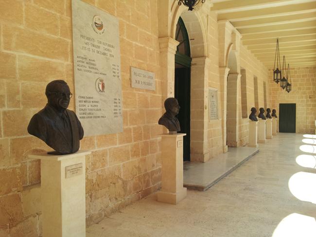 Malte_La_Valette_entree_residence_presidentielle_bustes_anciens_presidents
