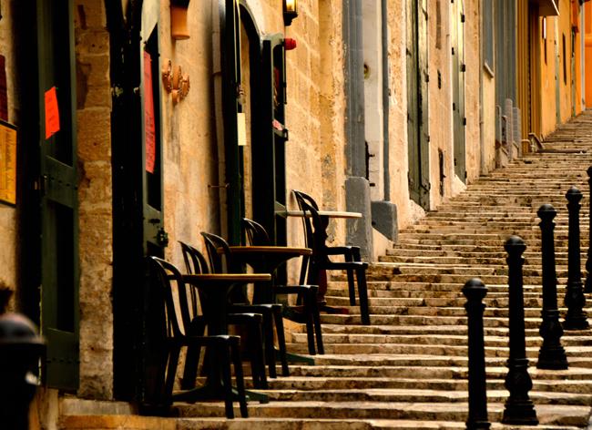 Malte_exterieur_cafe_sur_escalier_rue