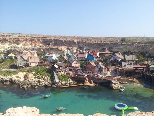 Malte_vue_Anchor_Bay_Village_Popeye